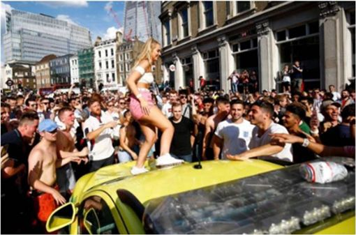 慶祝英格蘭進4強…短裙辣妹「爬救護車慶祝」被罵翻 圖/翻攝自推特