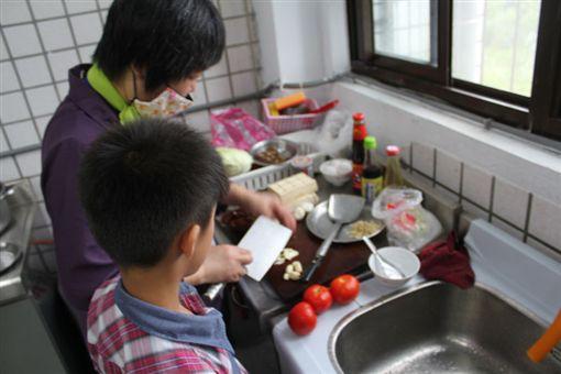 餐車,母子,中風(兒福聯盟提供)