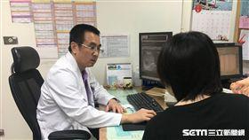 醫師李博彰說,初期肝癌幾乎無明顯症狀,容易被忽視,呼籲民眾保持正常飲食作息,並定期健檢、接受癌症篩檢。(圖/南投醫院提供)