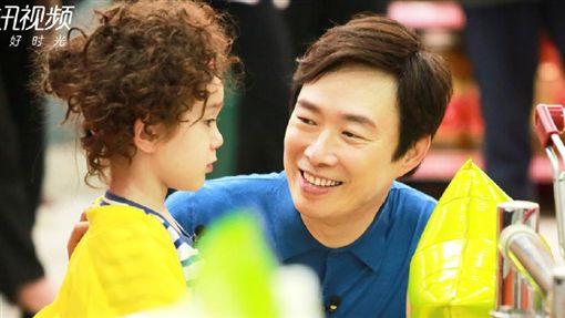 費玉清參加綜藝《放開我北鼻》63年第一次幫尿褲子的小孩換尿布。(翻攝微博)