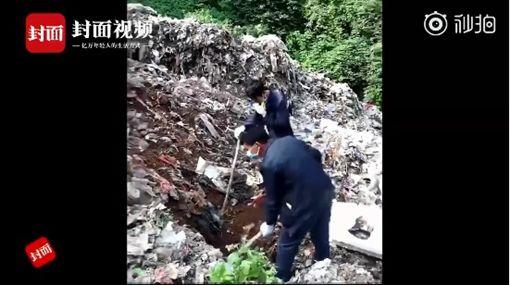 雲南2男童垃圾場挖寶 「垃圾山」轟然倒塌2童當場遭掩埋圖/翻攝自微博