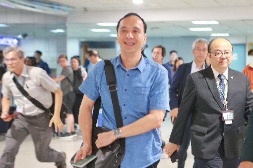 颱風假不同調 朱立倫:新北符合停班課標準新北市長朱立倫(中)11日晚間從新加坡返台,在機場受訪表示,中央氣象局10日晚間9時所作的預測顯示,新北市符合停班停課的標準,最重要的還是市民的安全。中央社記者吳睿騏桃園機場攝 107年7月11日