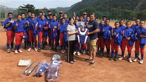 鄭達鴻捐贈球具給桃源國中青少棒隊。(圖/臺中市台灣人壽成棒隊提供)