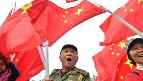 民眾民進黨中央黨部外高舉五星旗(1)民進黨中央黨部外17日下午有不少民眾聚集,高舉五星旗表達訴求。中央社記者王飛華攝 107年1月17日