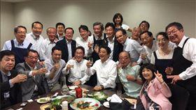 日本首相安倍晉三5日晚間與許多自民黨籍高官、議員舉行「赤坂自民亭」宴會。(圖/翻攝自西村康稔推特)