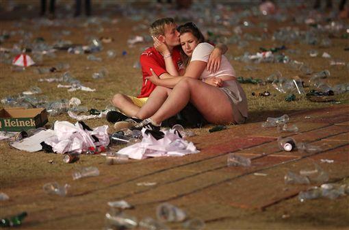 英格蘭球迷在海德公園留下滿地垃圾。(圖/美聯社/達志影像)