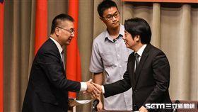 行政院長賴清德主持行政院會議,宣布重大人事案,與新任內政部長徐國勇握手。 (圖/記者林敬旻攝)