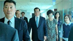 連戰率團出訪北京(1)中國國民黨前主席連戰(右4)12日上午在夫人連方瑀(右3)陪同下,搭機率團訪問北京。中央社記者吳睿騏桃園攝 107年7月12日
