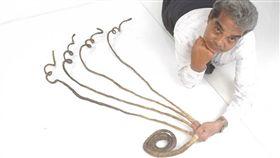 印度老翁奇拉爾過去66年未曾修剪左手指甲(圖/翻攝臉書)