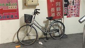 許男發現美食廣場的腳踏車冒煙,隨即拿水瓶澆熄後,卻發現裡面有顆手榴彈,嚇得趕緊跑去派出所報案,警方調查後確認是手榴彈,結束一場虛驚(翻攝畫面)