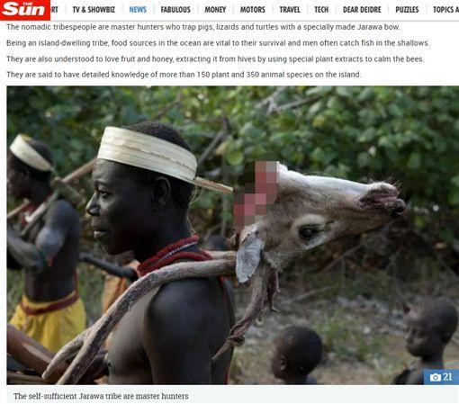 印度洋安達曼群島有一個隱世部落「加洛瓦」(Jarawa),他們曾與世隔絕5.5萬年,但因政府開發公路,讓不少盜獵者入侵,影響到洛瓦人的食物來源。有保護組織指出,加洛瓦人在10年內可能面臨滅族。(圖/翻攝自太陽報)