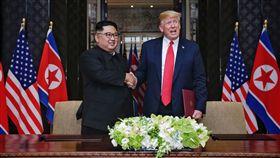 川金會 川普金正恩共同簽署文件(1)美國總統川普(右2)12日與北韓領袖金正恩(左2)在新加坡舉行峰會,結束工作午宴後,兩人共同在媒體面前簽署文件。(新加坡通訊及新聞部提供)中央社記者裴禛新加坡傳真 107年6月12日