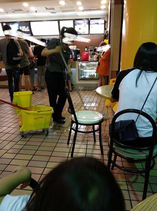 麥當勞,奧客打翻飲料裝沒事/爆怨公社