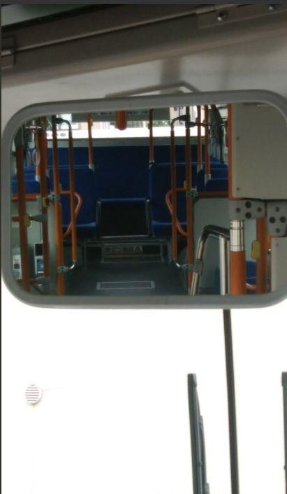 公車司機開車時,必須透過擋風玻璃上的後照鏡,確認車內的狀況。日本就有一名司機看後照鏡時,發現一名女乘客穿短裙「坐中間」腿開開,內褲花紋一目了然,事後他po文好心提醒,希望女乘客搭公車「坐中間」雙腿記得併攏。(圖/翻攝自su-ca推特)