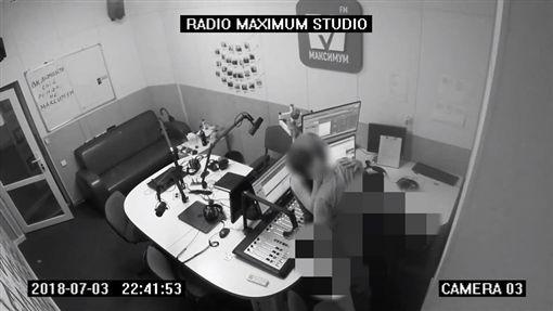 網路上近期瘋傳一段來自俄羅斯廣播電台Radio Maximum Studio的影片,一對男女在錄音室內直接激情大戰,而該公司製作人昨晚發文表示,該影片確實是在他們公司內錄音室拍攝,其中一名為該公司的員工,將會調查並懲處該員工與影片外流者 臉書