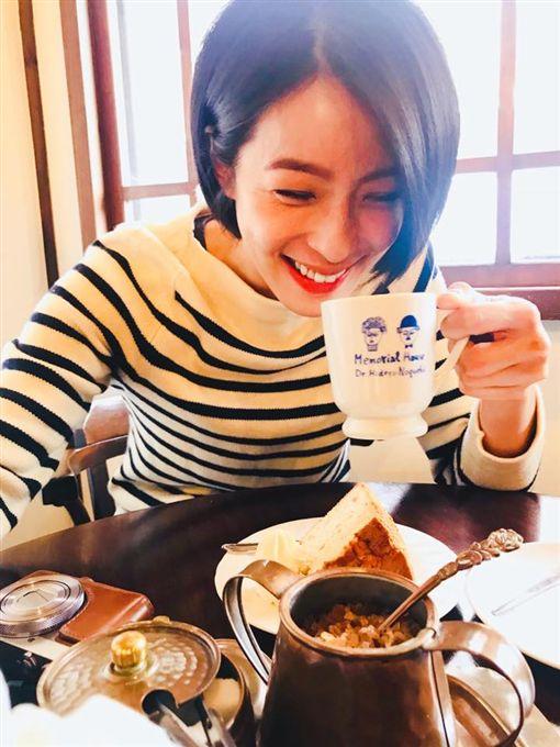 ▲▼賴雅妍笑稱打從出娘胎開始就愛喝茶。(圖/翻攝自臉書)