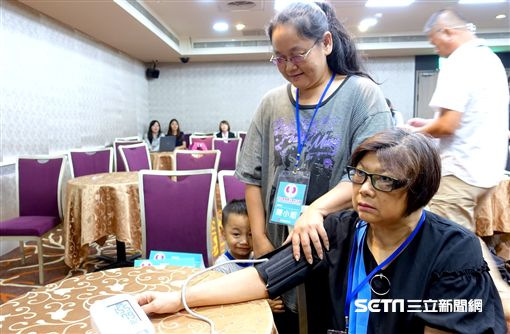 李林太太(右)接受高血壓導管治療後,降血壓藥減到每天1顆,暈眩副作用不再。(圖/台灣高血壓學會提供)