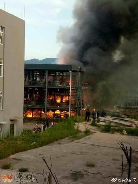大陸四川江安縣昨(12)日晚驚傳一起爆炸事件,一家化學工廠突然發生大火,還不時傳出爆炸聲響,目前已造成19人死亡,12人受傷。(圖/翻攝自微博)