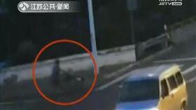 輪椅,穿越馬路,過馬路,江蘇新聞,車禍 圖/翻攝陸媒