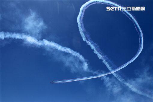 107空軍國防知性之旅營區開放台東志航基地登場,雷虎小組特技表演壓軸搭配彩色煙霧將藍天為畫布,呈現不同精采的畫面。(記者邱榮吉/台東拍攝)