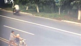 中國大陸一名女子推輪椅老母過馬路時遭轎車高速撞死(圖/翻攝自《澎湃新聞》)