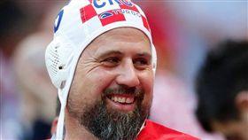 克球迷戴「水球帽」應援 原因竟是… 世足,世界盃,克羅埃西亞,水球帽,Vedran Corluka,喬爾盧卡 翻攝自推特