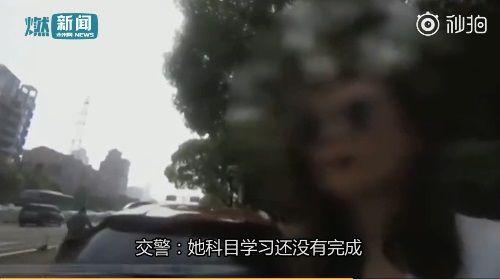影/賓士女三寶違規被攔查 竟打給駕訓班問:我的駕照呢?圖/翻攝自微博