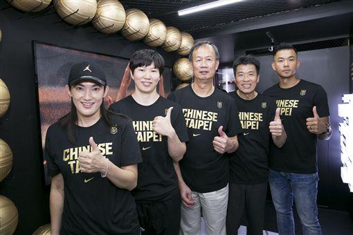 瓊斯盃40周年,傳奇球星(左起)錢薇娟、劉君儀、曾增球、林明正及陳建州。(圖/中華籃協提供)