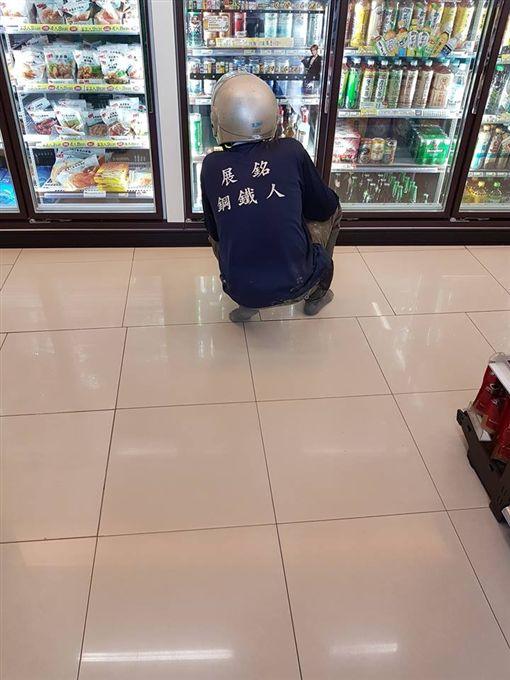 工人脫下沾滿泥濘的靴子進超商買飲料,此舉讓網友大讚超有同理心!(圖/翻攝爆怨公社)