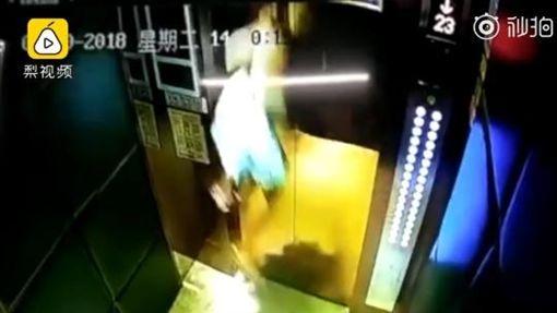 中國大陸電梯發生恐怖意外,女童遭吊起重拋在地(圖/翻攝自梨視頻)