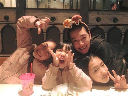 小S一家人,二女兒捐髮助癌友(圖/翻攝自小S臉書)