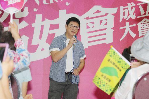 姚姚姊妹會成立 姚文智出席獻唱民進黨提名台北市長參選人姚文智(中)14日出席由水噹噹姊妹會等婦女團體組成的「姚姚姊妹會」成立大會,現場獻唱多首歌曲。中央社記者蕭博文攝 107年7月14日