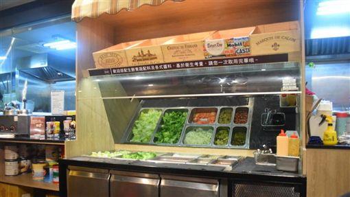 漢堡店提供自助吧台。(圖/翻攝自哈比小姐*哈世界)