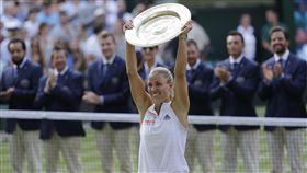柯珀高舉溫網女單冠軍盃。(圖/美聯社/達志影像)
