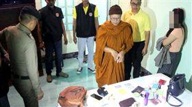 泰國一名51歲老僧日前性慾難忍,偷偷帶一名長髮嫩妹開房間,當地警方獲報後帶隊突襲,果真抓到老僧偷情證據。目前該名僧人被佛教部門強制還俗。(圖/翻攝自Workpoint News)