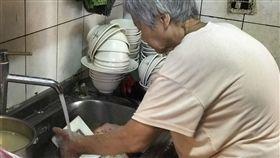 阿興魯肉飯,愛心餐,免費給甘苦人吃到飽(記者郭奕均攝影)