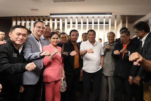 菲拳王巴喬再勝 與杜特蒂合影菲律賓參議員兼拳王巴喬(前左4)今天在吉隆奪得次中量級冠軍腰帶。菲律賓總統杜特蒂(前右4)與馬來西亞首相馬哈地(前右3)賽後與巴喬合影。(菲律賓總統府通訊作業辦公室提供)中央社記者林行健馬尼拉傳真 107年7月15日