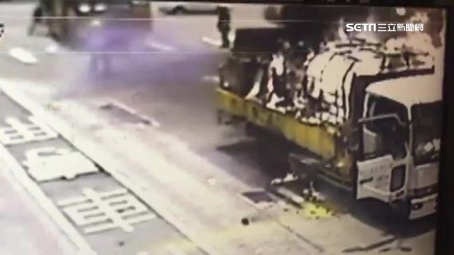 工程車載桶裝瓦斯竄火 瓦斯洩不停