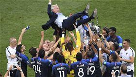 法國奪冠軍,總教練德尚被高高拋起。(圖/美聯社/達志影像)