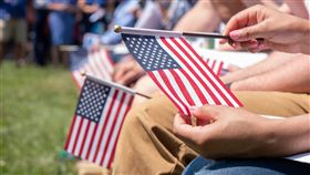美國國旗,美國人(圖/翻攝自USCIS臉書)
