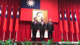 法務部長交接典禮,邱太三將印信交給蔡清祥。潘千詩攝影