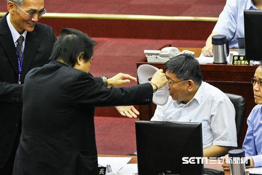 台北市長柯文哲出席市議會市政報告,議員王世堅杯葛。 (圖/記者林敬旻攝)