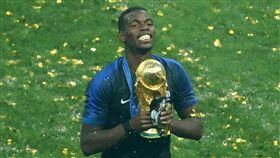 博格巴(Paul Pogba)帶著父親肖像的護脛一起拿獎盃。(圖/路透社/達志影像)