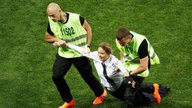 俄羅斯的龐克樂團「暴動小貓」(Pussy Riot)亂入世界盃足球賽冠軍戰(圖/翻攝自推特)