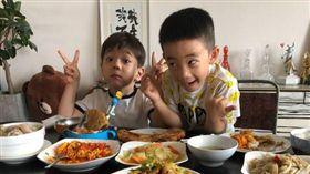 霍思燕16日在微博曬出Jasper/小小春 跟嗯哼一起同桌吃飯的可愛模樣。(翻攝微博)
