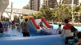 20米長戲水池! 揭北、中、南都市「玩水熱點」 夏天不想出遠門玩水,其實都市內就找得到玩水景點。像是金控的金融園區就搬來一個長20米的戲水池,還有闖關活動讓家長能帶小朋友玩一個下午;另外還有大佳河濱公園,也有兒童戲水區能讓小朋友享受水霧;往中南部走也有許多都市內就找得到的玩水熱點,不要跑遠路輕鬆玩。