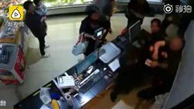 中國大陸一超市女店員遭男子暴打暈到在地(圖/翻攝自梨視頻)