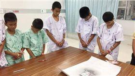 ▲救援英雄薩瑪恩犧牲了!泰洞穴受困少年聽聞悲痛流淚 。(圖/翻攝自泰國網臉書)