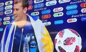 半個烏拉圭人 格里茲曼披烏國旗受訪 世足,世界盃,法國,格里茲曼,Antoine Griezmann,烏拉圭,國旗 翻攝自推特