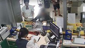男填單「後面有人…」銀行員機智合作 警救出遭擄走30人 圖翻攝自黎視頻